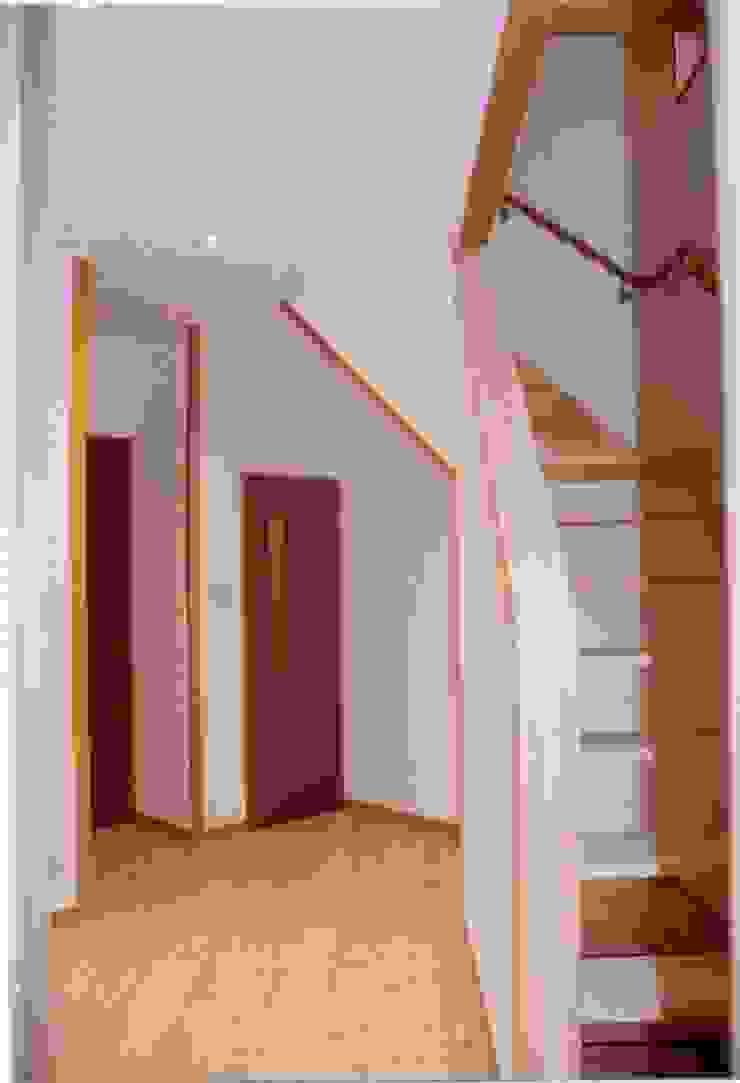 暖炉と書斎とせせらぎの聞こえる家 オリジナルスタイルの 玄関&廊下&階段 の 建築設計事務所PRADO オリジナル