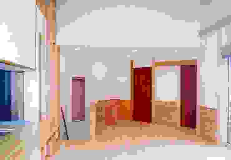 暖炉と書斎とせせらぎの聞こえる家 オリジナルデザインの リビング の 建築設計事務所PRADO オリジナル