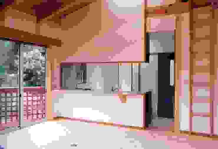 暖炉と書斎とせせらぎの聞こえる家 オリジナルデザインの ダイニング の 建築設計事務所PRADO オリジナル
