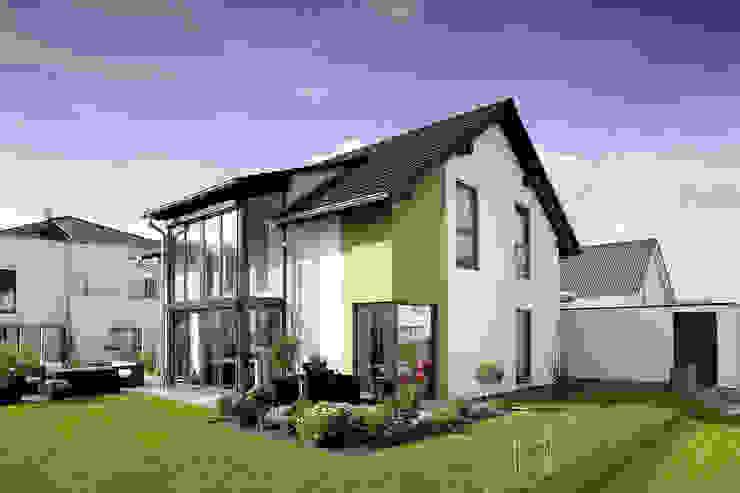 Frei geplantes Kundenhaus - Einfamilienhaus mit Wintergarten und Eckfenstern von FingerHaus GmbH - Bauunternehmen in Frankenberg (Eder) Modern