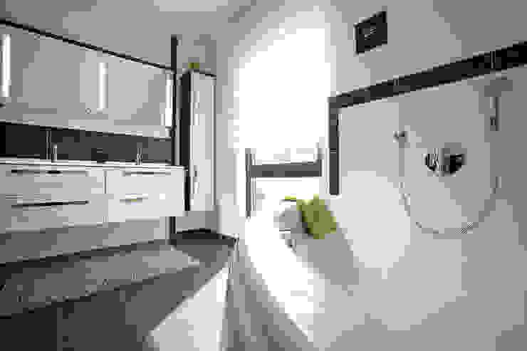 Nowoczesna łazienka od FingerHaus GmbH - Bauunternehmen in Frankenberg (Eder) Nowoczesny