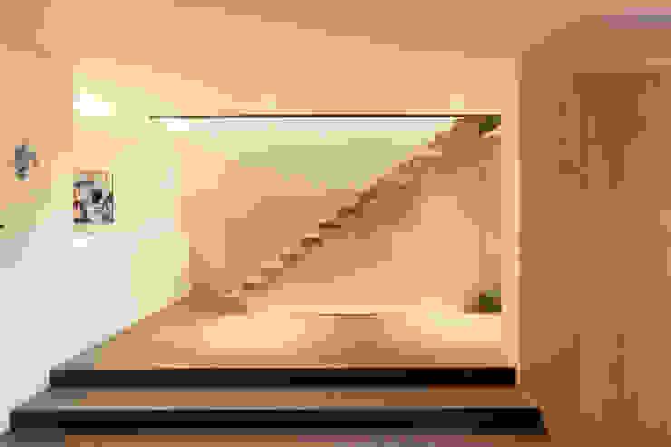 von Mann Architektur GmbH Modern corridor, hallway & stairs