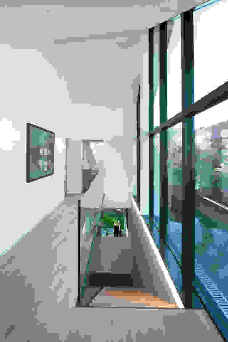 Vorraum Obergeschoss - Ausgang Dachterrasse Moderner Flur, Diele & Treppenhaus von von Mann Architektur GmbH Modern
