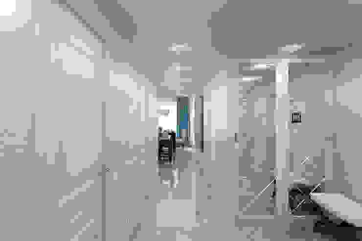 Квартира с мансардой Коридор, прихожая и лестница в стиле минимализм от Александра Кудрявцева Минимализм