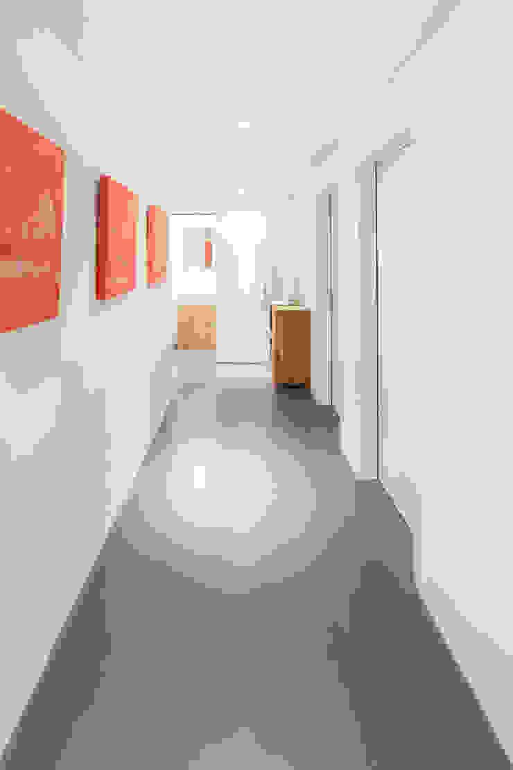 Gang Untergeschoss Moderner Flur, Diele & Treppenhaus von von Mann Architektur GmbH Modern