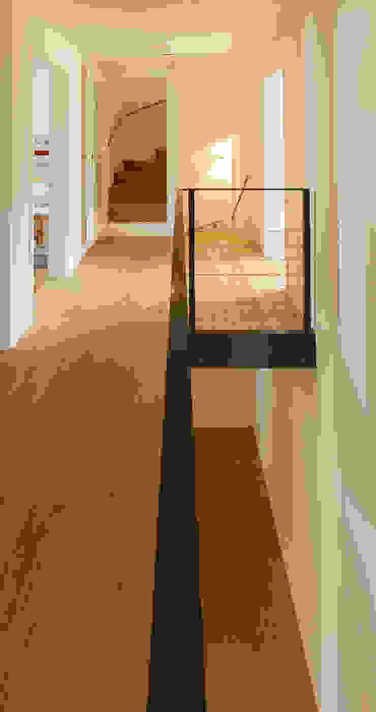 von Mann Architektur GmbH ห้องโถงทางเดินและบันไดสมัยใหม่