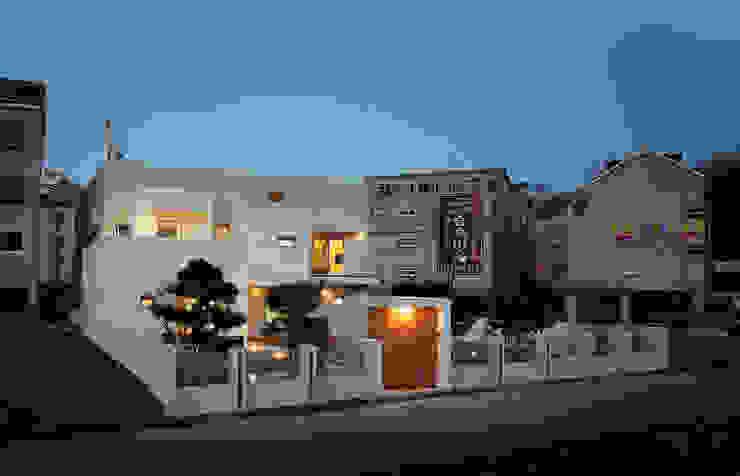 Rumah Modern Oleh (주)건축사사무소 아뜰리에십칠 Modern