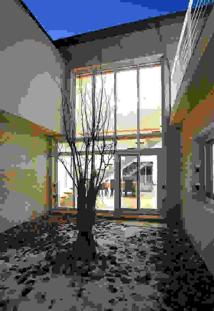 Balkon, Beranda & Teras Modern Oleh (주)건축사사무소 아뜰리에십칠 Modern