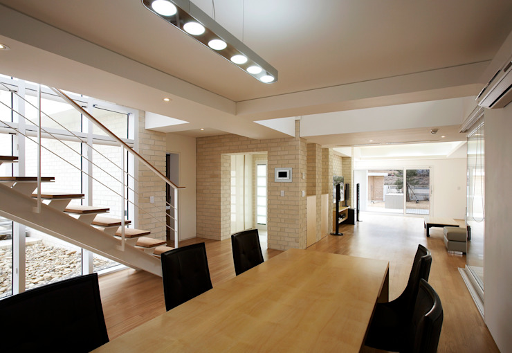 Moderne woonkamers van (주)건축사사무소 아뜰리에십칠 Modern