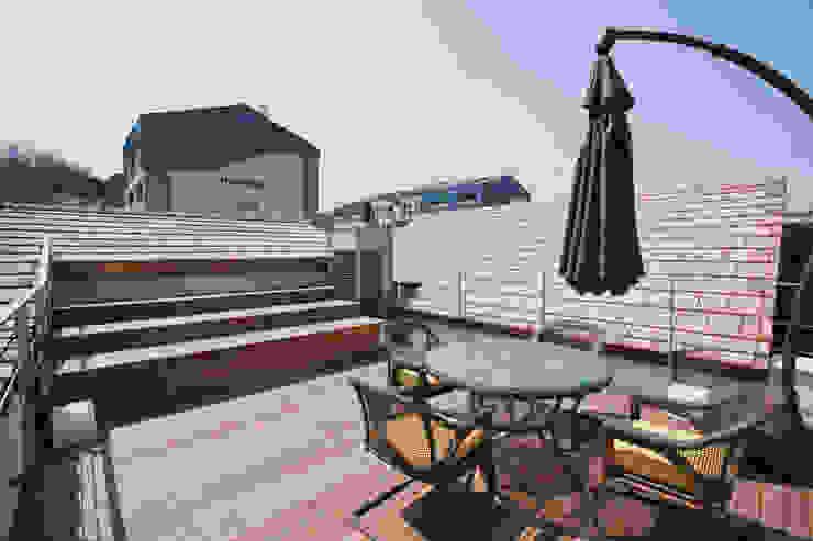 Balcon, Veranda & Terrasse modernes par (주)건축사사무소 아뜰리에십칠 Moderne