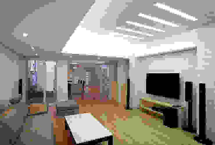 Salas de estilo moderno de (주)건축사사무소 아뜰리에십칠 Moderno