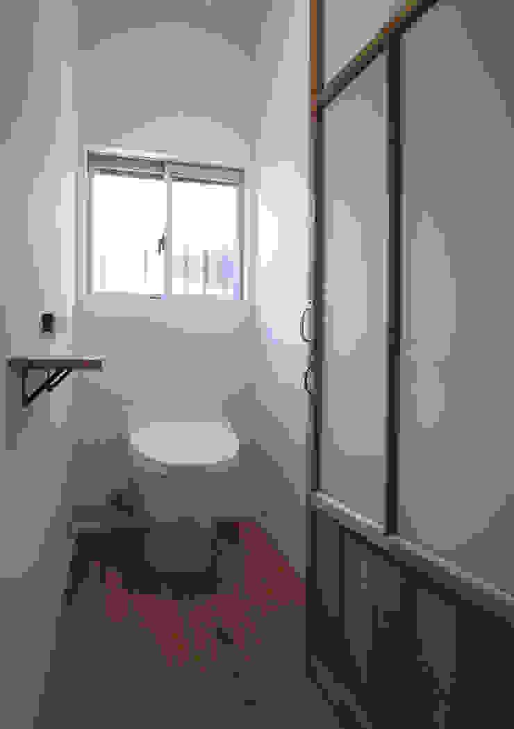 Baños de estilo ecléctico de vibe design inc. Ecléctico