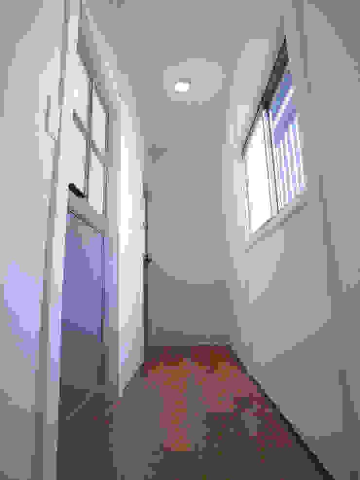 Pasillos, vestíbulos y escaleras de estilo ecléctico de vibe design inc. Ecléctico