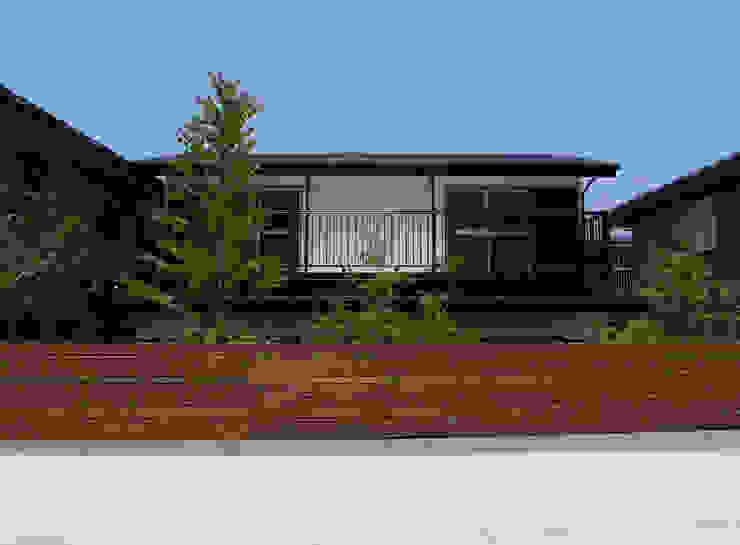 Casas de estilo ecléctico de vibe design inc. Ecléctico