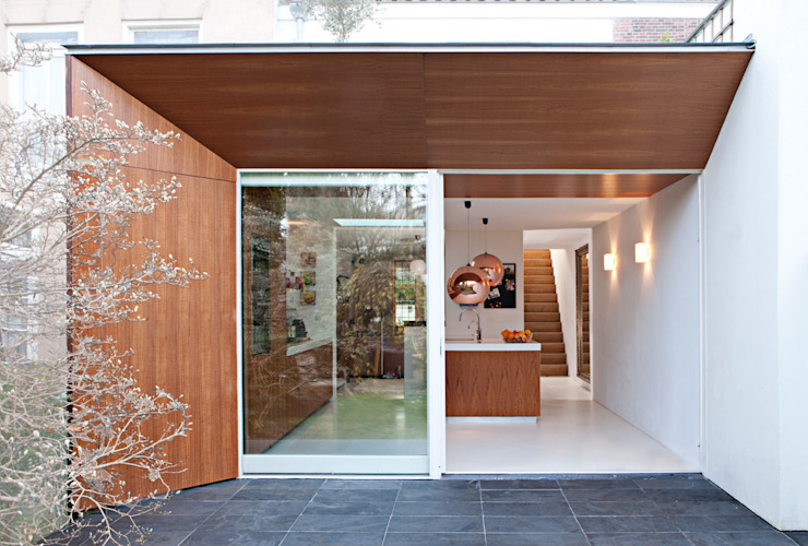 Nieuwe uitbouw aan achterzijde Moderne huizen van Lab-S Modern