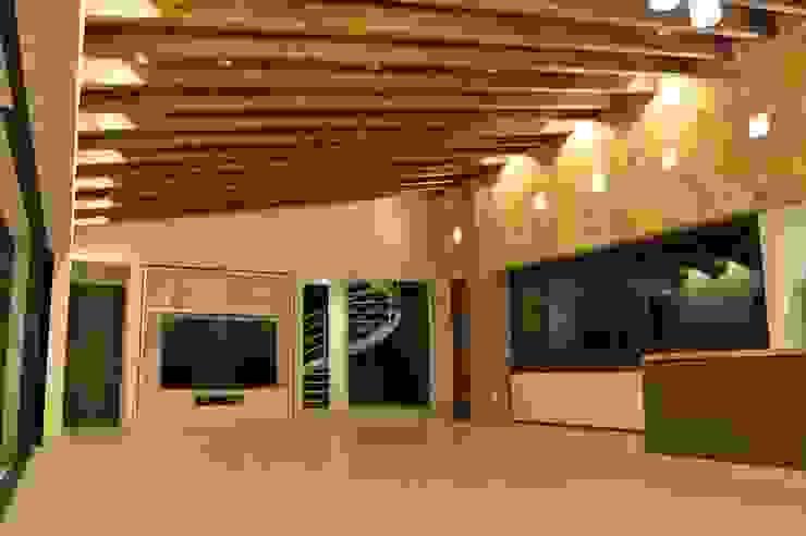 Salas / recibidores de estilo  por Revah Arqs
