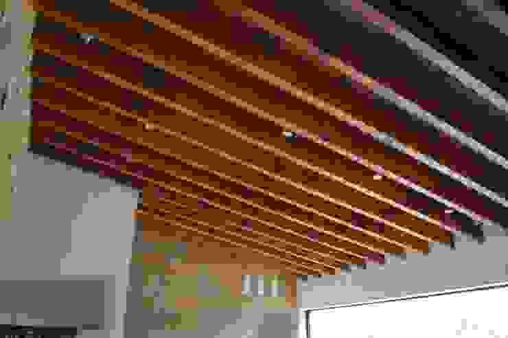 Vigas de madera maciza de Oyamel entintadas en color nogal. Livings modernos: Ideas, imágenes y decoración de Revah Arqs Moderno