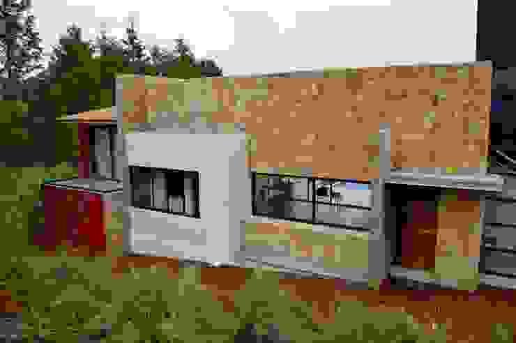 Fachada recubierta con piedra Oro Viejo Revah Arqs Casas de estilo moderno