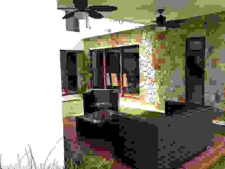 casa 240 Balcones y terrazas modernos de Hussein Garzon arquitectura Moderno Piedra