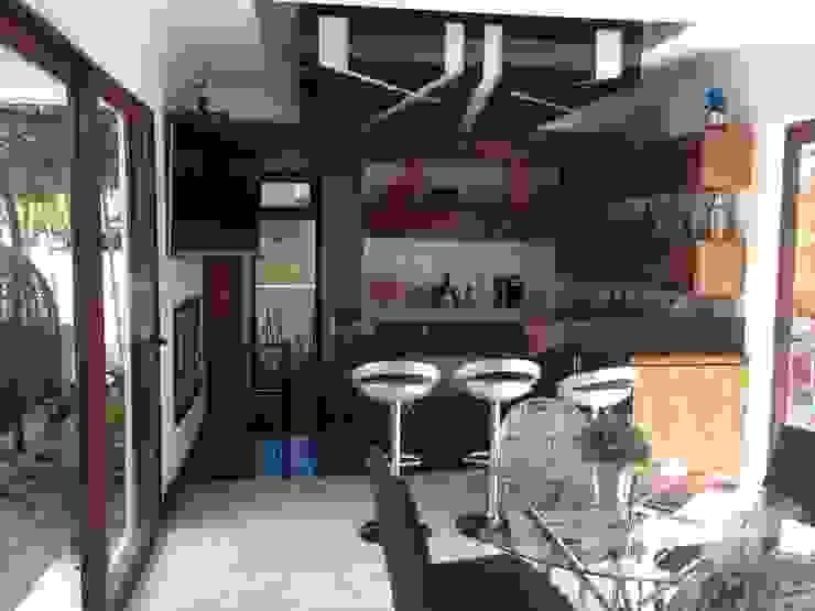 casa 240 Salas multimedia modernas de Hussein Garzon arquitectura Moderno Compuestos de madera y plástico
