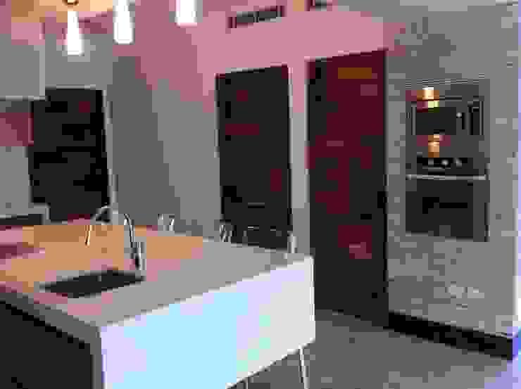 casa 240 Cocinas modernas de Hussein Garzon arquitectura Moderno Cuarzo