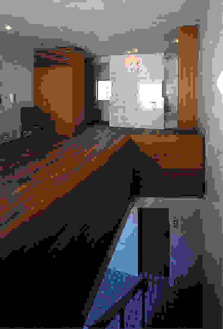 チーク無垢手摺 オリジナルスタイルの 玄関&廊下&階段 の 松井建築研究所 オリジナル