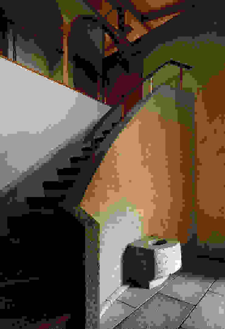 伽留羅-世田谷の事務所併用住宅- オリジナルスタイルの 玄関&廊下&階段 の 松井建築研究所 オリジナル