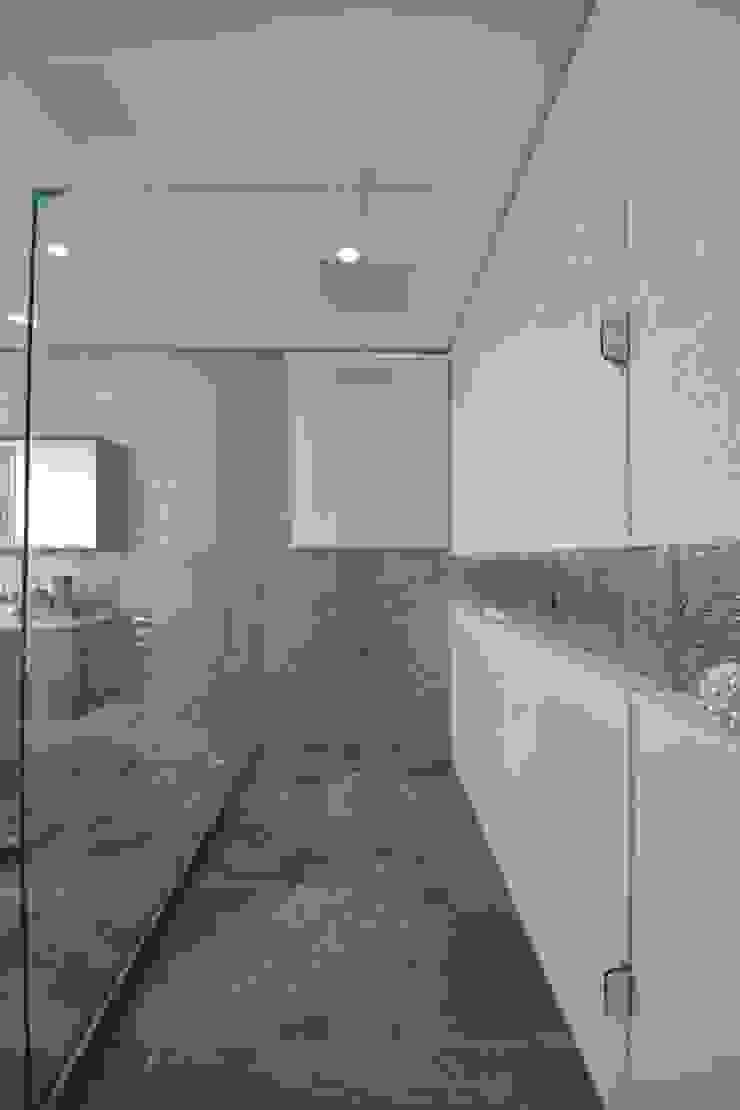 Condomínio dos Bosques – Atlântida Banheiros modernos por Eliane Fanti Arquitetura Moderno