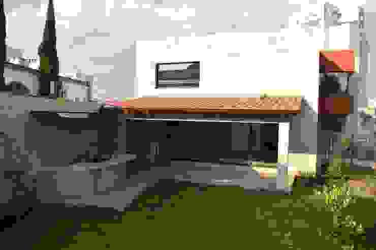 Casa en Interlomas: Terrazas de estilo  por Revah Arqs, Moderno
