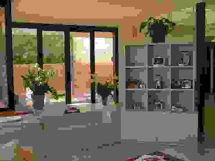 SEPARADOR LACADO Salas de estilo moderno de muebles apa Moderno