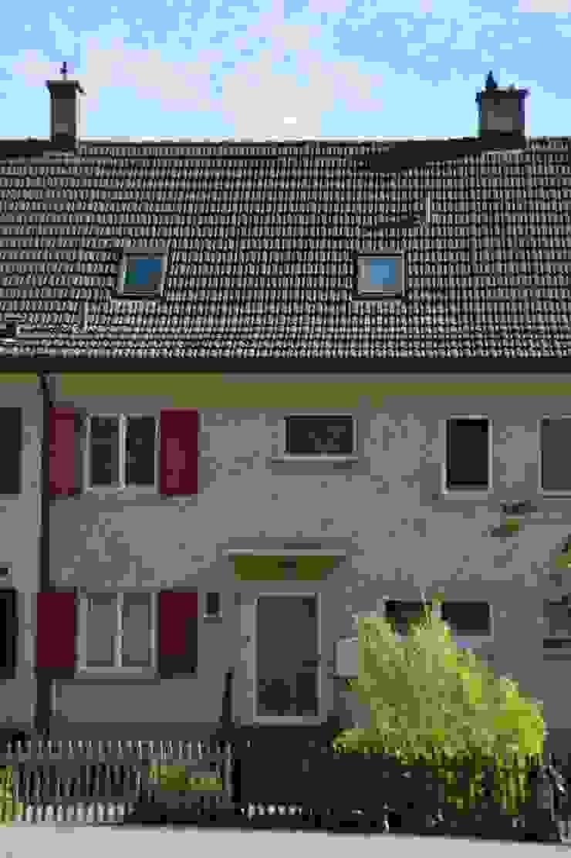 Fassade zur Strasse Beat Nievergelt GmbH Architekt Klassische Häuser