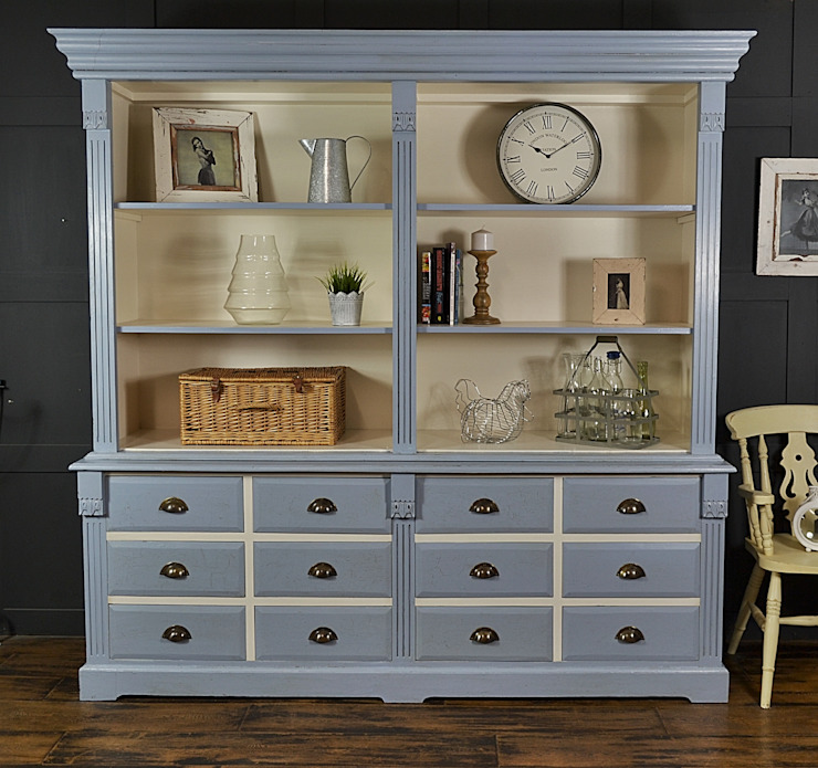Large James Blue Farmhouse Kitchen Dresser with Drawer Storage von The Treasure Trove Shabby Chic & Vintage Furniture Rustikal Massivholz Mehrfarbig