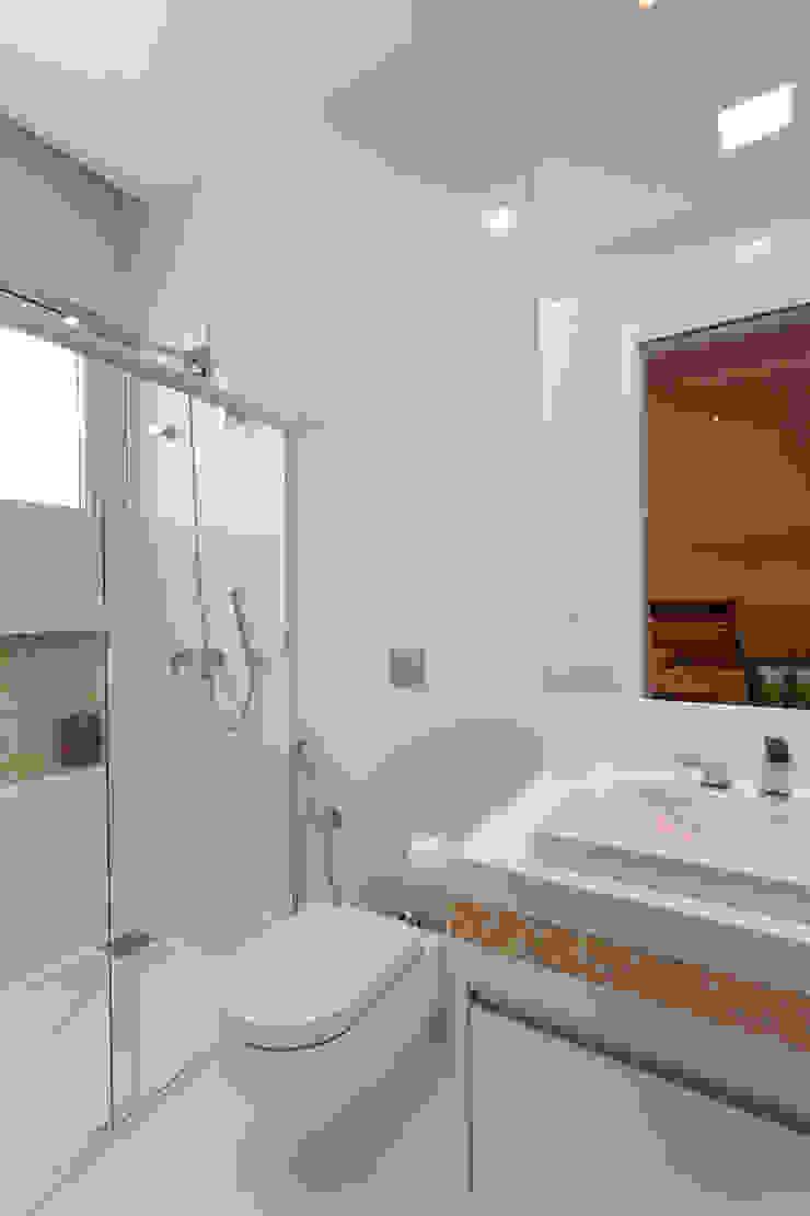 Casa Itu Banheiros modernos por Designer de Interiores e Paisagista Iara Kílaris Moderno