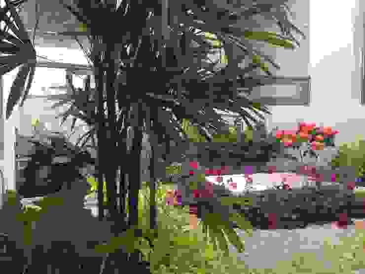 Casa Z-26. Jardín interior con celosía metálica. Jardines modernos: Ideas, imágenes y decoración de EcoEntorno Paisajismo Urbano Moderno