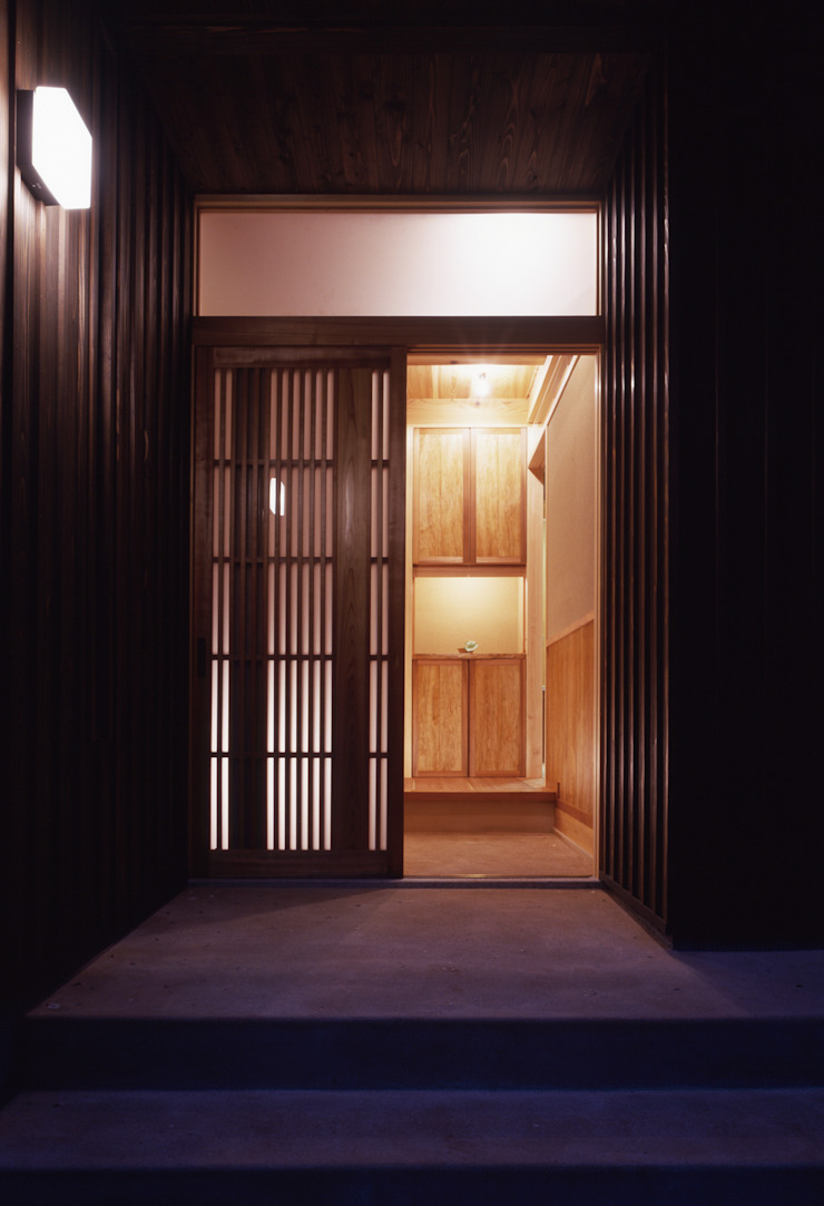 木製玄関戸より玄関を眺める モダンな 家 の shp モダン