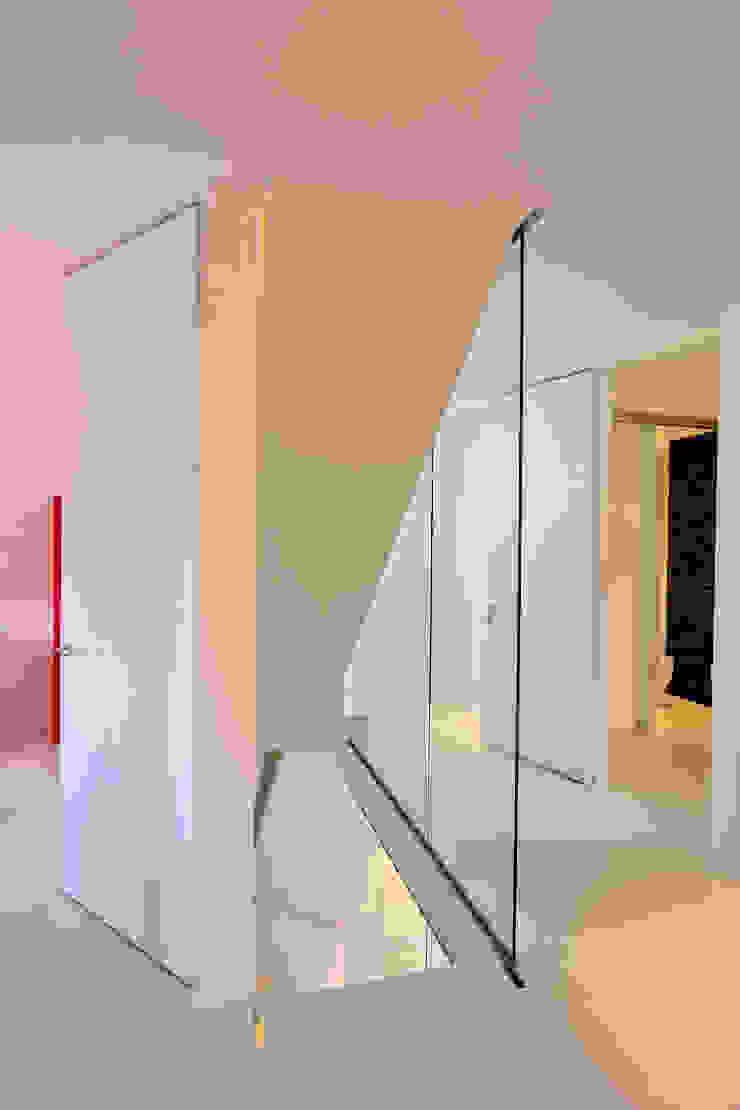 CKX architecten Moderner Flur, Diele & Treppenhaus