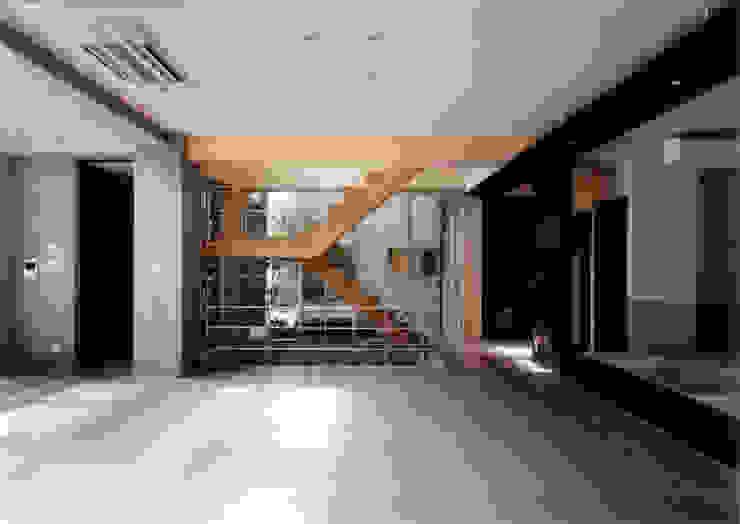 ダイニングよりリビング・ 階段を見る モダンデザインの リビング の 豊田空間デザイン室 一級建築士事務所 モダン