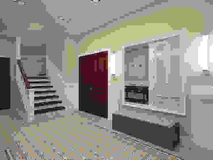 Олег Елфимычев Country style corridor, hallway& stairs