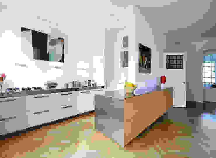 Cucina moderna di Voorwinde Architecten Moderno