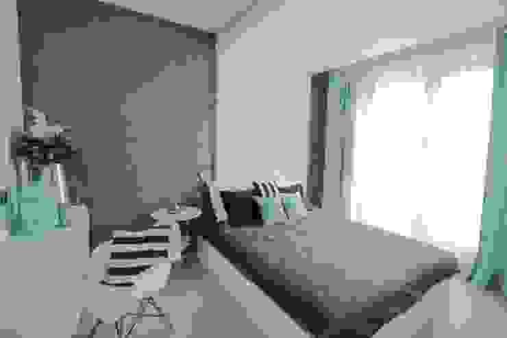 Mieszkanie z cegłą w tle Nowoczesna sypialnia od FAJNY PROJEKT Nowoczesny Tekstylia Złoty