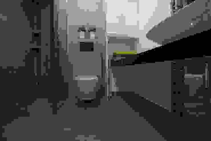 Mieszkanie z cegłą w tle Nowoczesna łazienka od FAJNY PROJEKT Nowoczesny Płytki