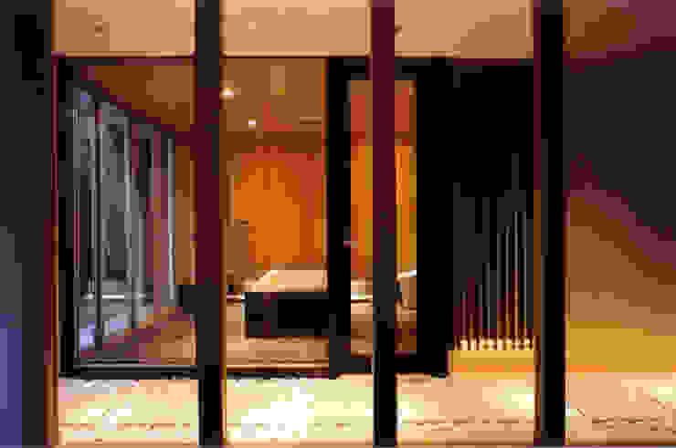 地階の内路地越しにバスルームを見る モダンスタイルの 玄関&廊下&階段 の 豊田空間デザイン室 一級建築士事務所 モダン