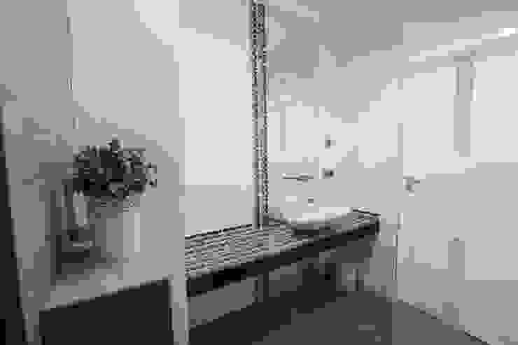 Mieszkanie z cegłą w tle Nowoczesna łazienka od FAJNY PROJEKT Nowoczesny Szkło