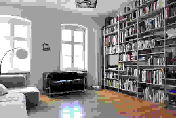Salones minimalistas de D/Form Gesellschaft für Architektur + Städtebau mbH Minimalista