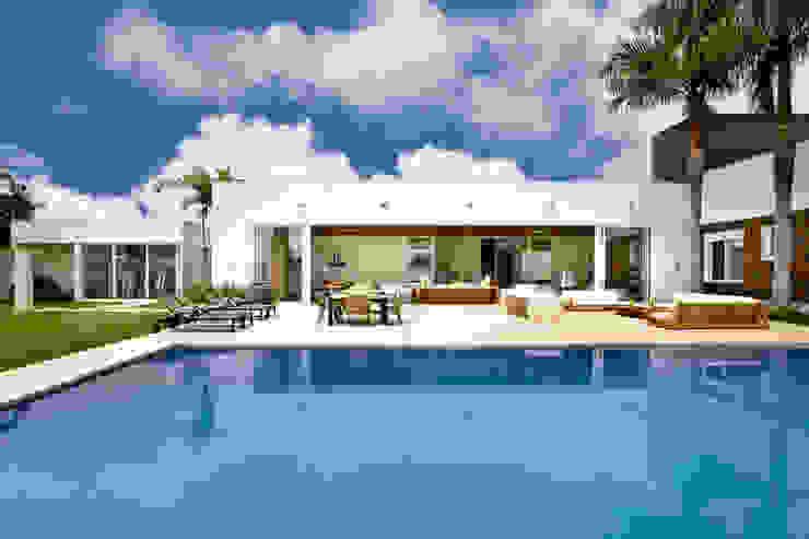 Zwembad door Ana Paula e Sanderson Arquitetura, Modern