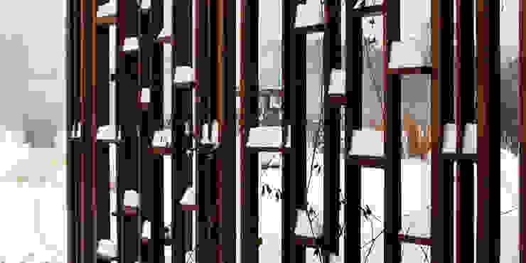 pergola pod pnącza z drewna egzotycznego nawet zimą jest ozdobna od Autorska Pracownia Architektury Krajobrazu Jardin Eklektyczny