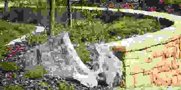 bryłki serpentynitu i murek z piaskowca od Autorska Pracownia Architektury Krajobrazu Jardin Eklektyczny