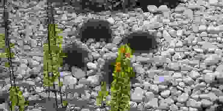 zamiast kory białe kamienie od Autorska Pracownia Architektury Krajobrazu Jardin Eklektyczny