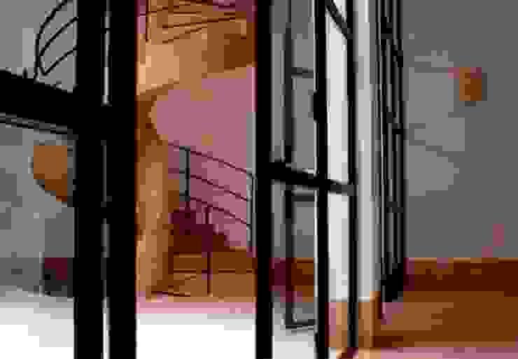 Riad Marrakech Couloir, entrée, escaliers modernes par Pauline Girardot Moderne