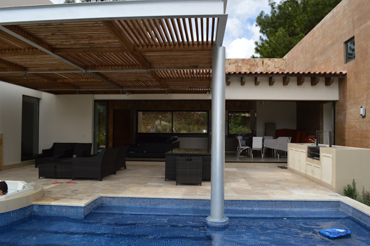 Detalle de columna metálica dentro de la piscina Balcones y terrazas de estilo moderno de Revah Arqs Moderno